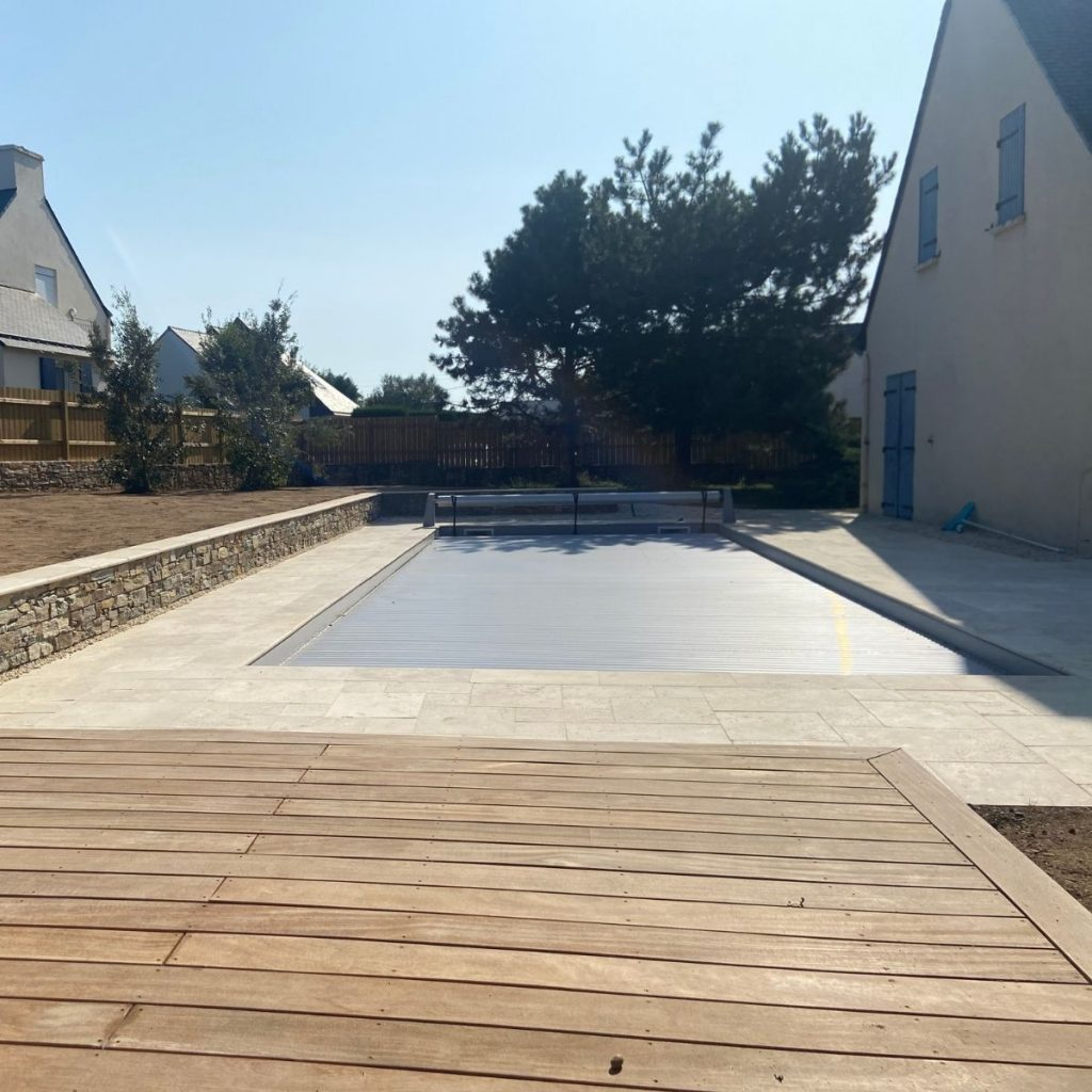 Piscine couverte et terrasse